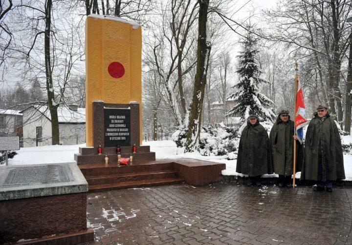 Uroczystości pod pomnikiem żołnierzy radzieckich w Ostrowach Górniczych – fotorelacja