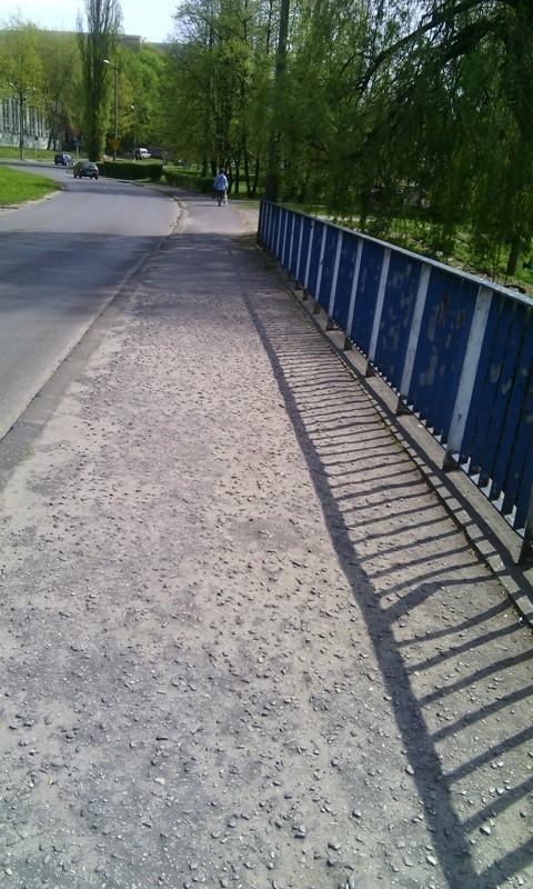 Most na ul. Warneńczyka bez zmian – ludzie ryzykują i chodzą po ulicy