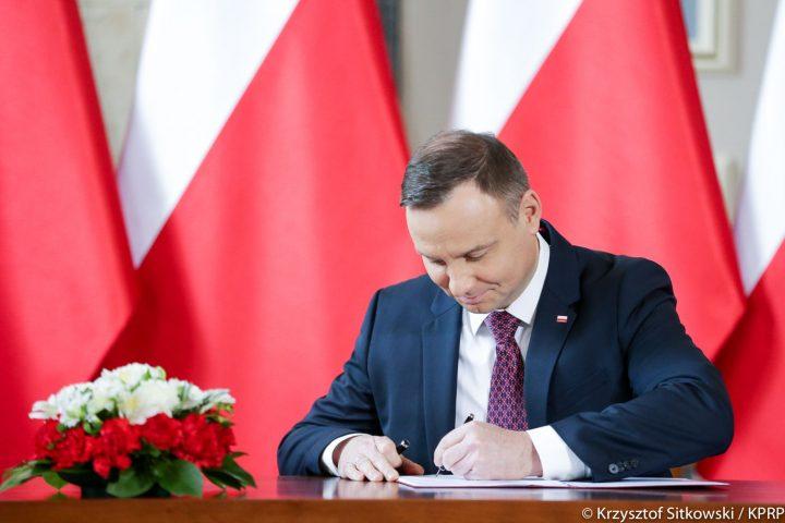 Bez asystentów. Prezydent podpisał nowelizację ustawy o pracownikach samorządowych