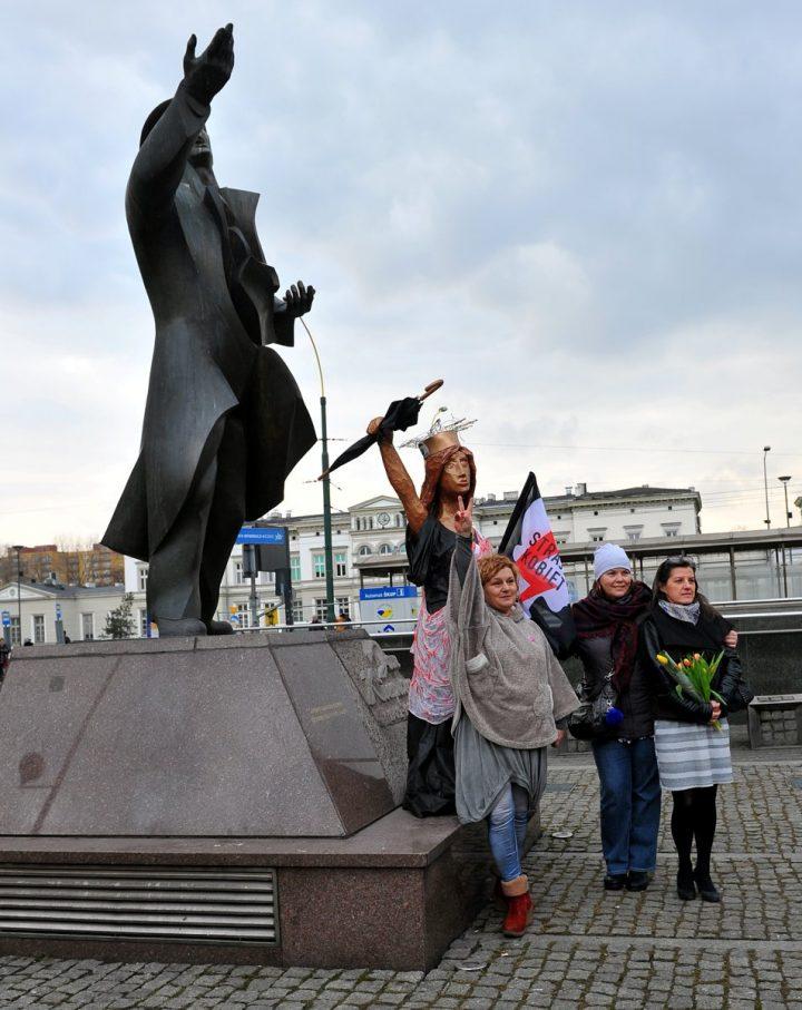 Aktywistki Ogólnopolskiego Strajku Kobiet na Placu Stulecia